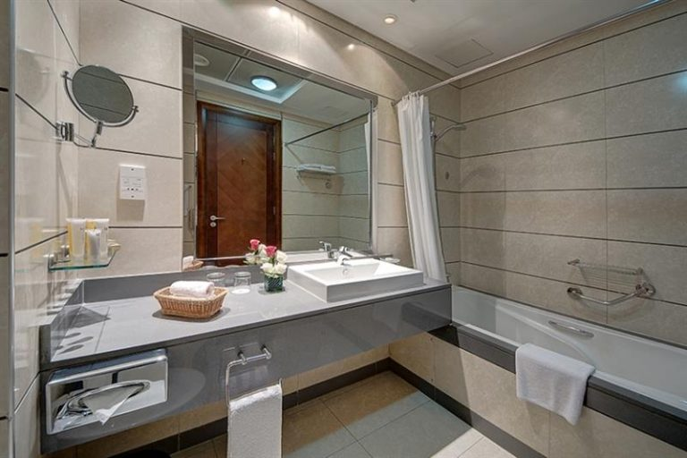 Copthorne Hotel Dubai Standard Bathroom